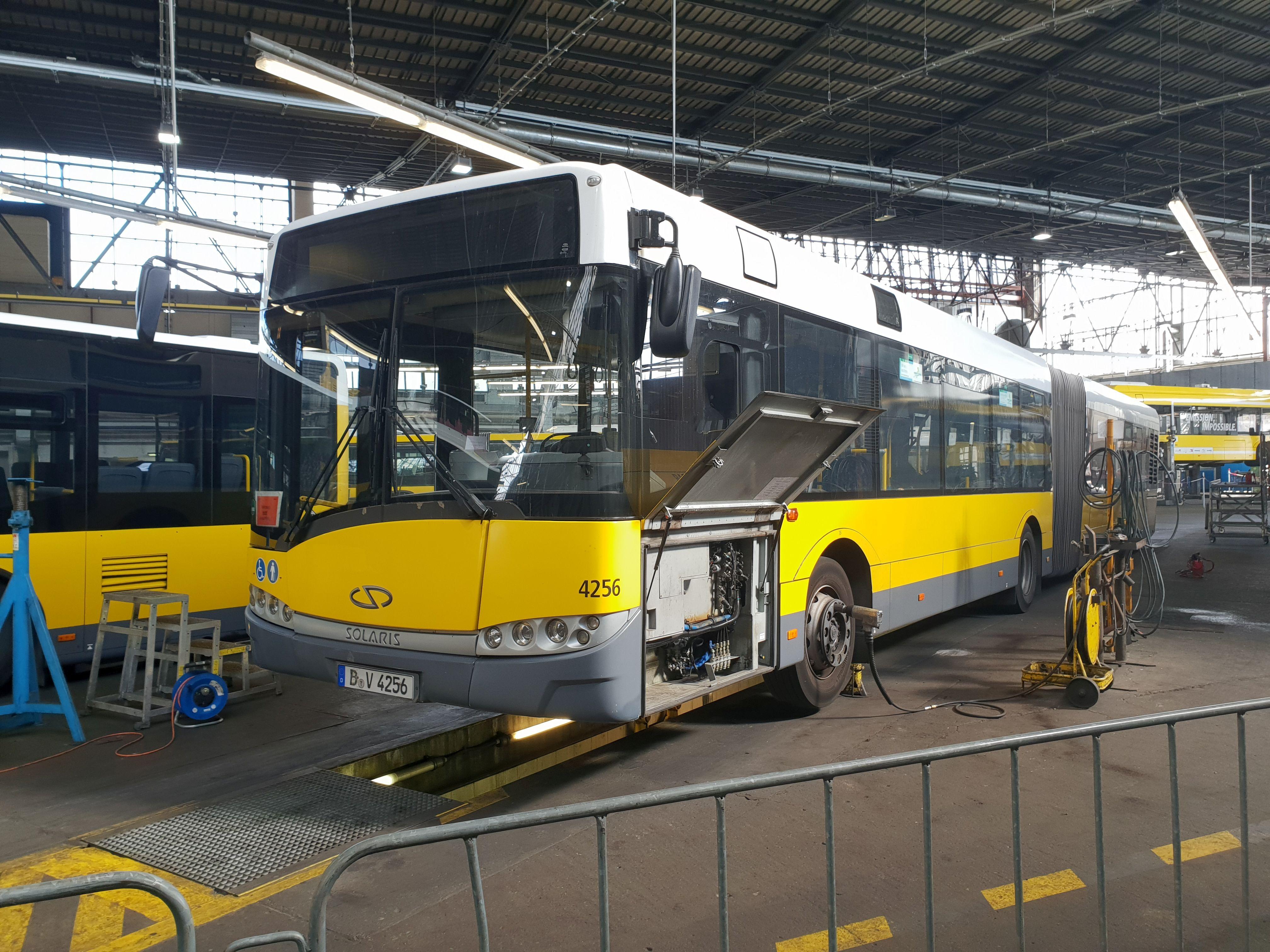 Foto: Bus 4256, Typ Solaris Urbino 18, Hof Siegfriedstr., September 2018