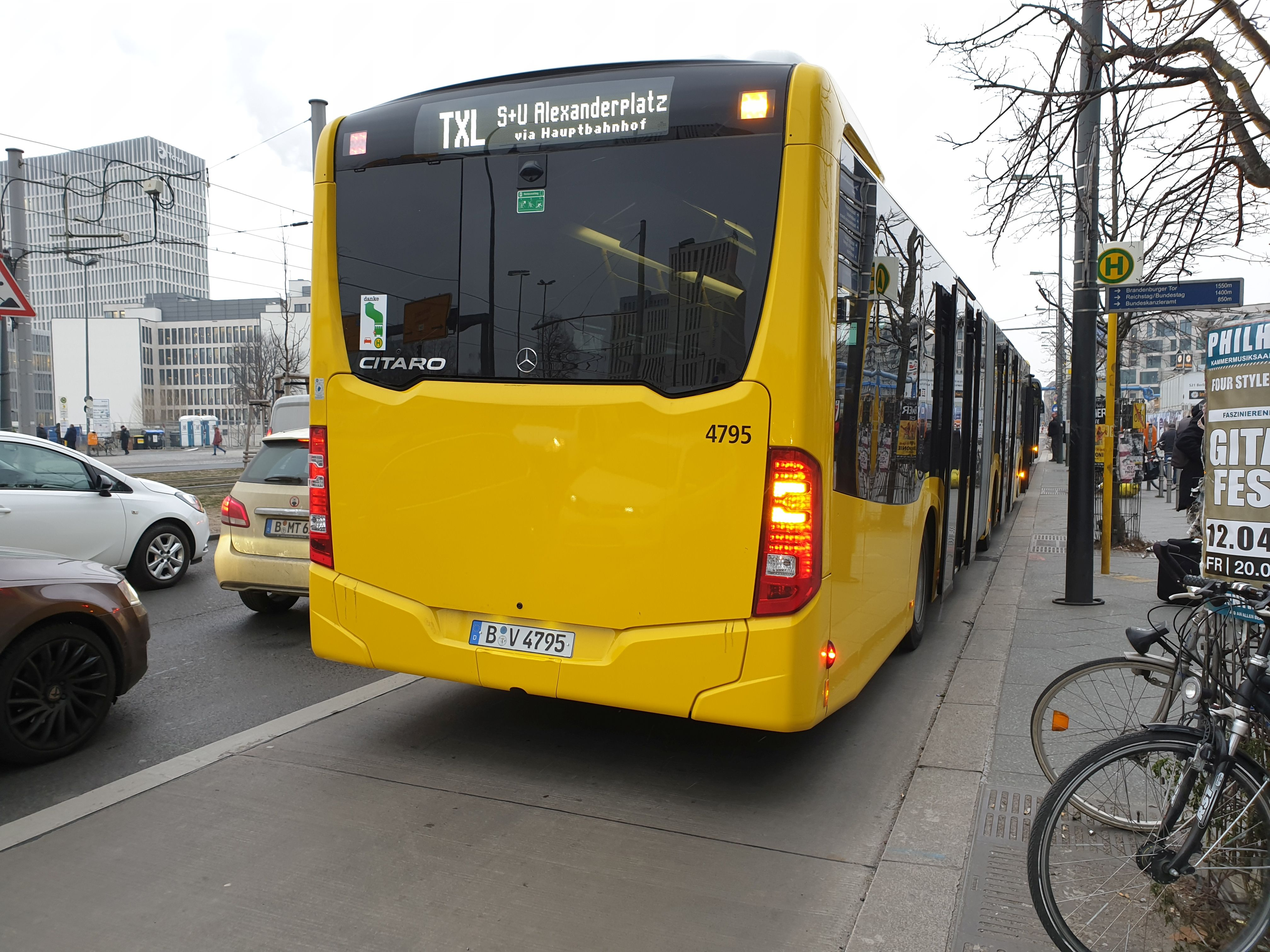 Foto: Bus 4795, von hinten, Gelenkbus Typ Mercedes, Berlin Hbf, Januar 2019