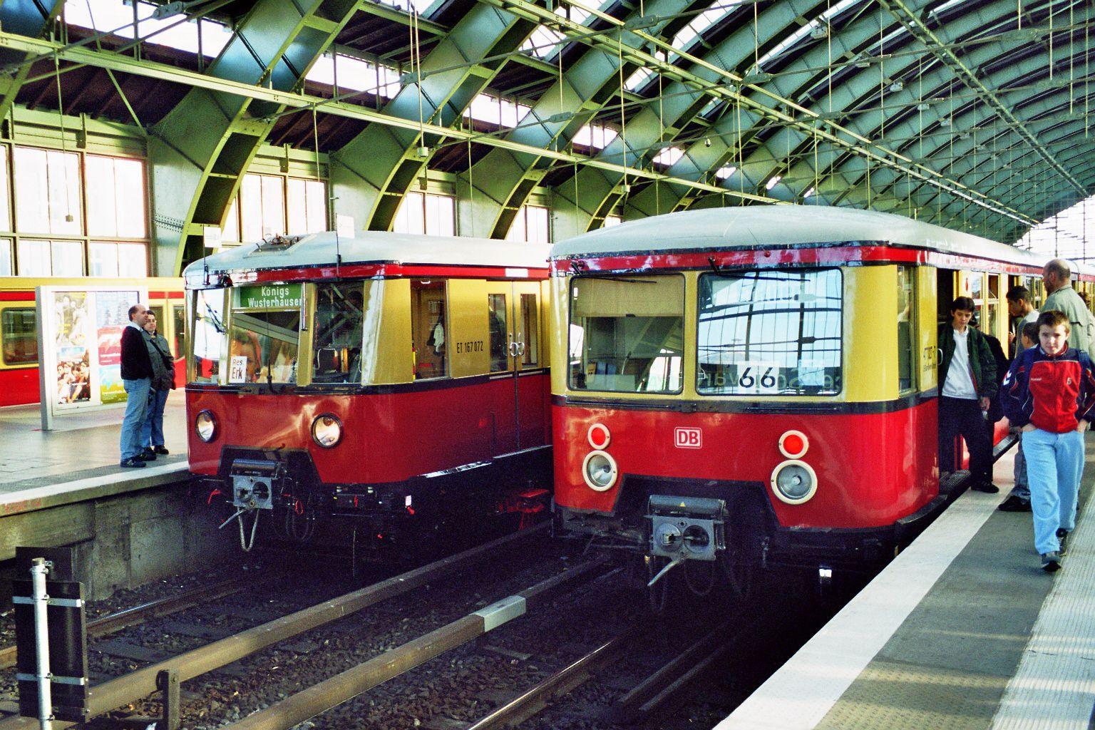 S-Bahn 167 072, Bauart 1938/1941, ex 277 087, Baureihe 167, neben Baureihe 477, Ostbahnhof, 2002