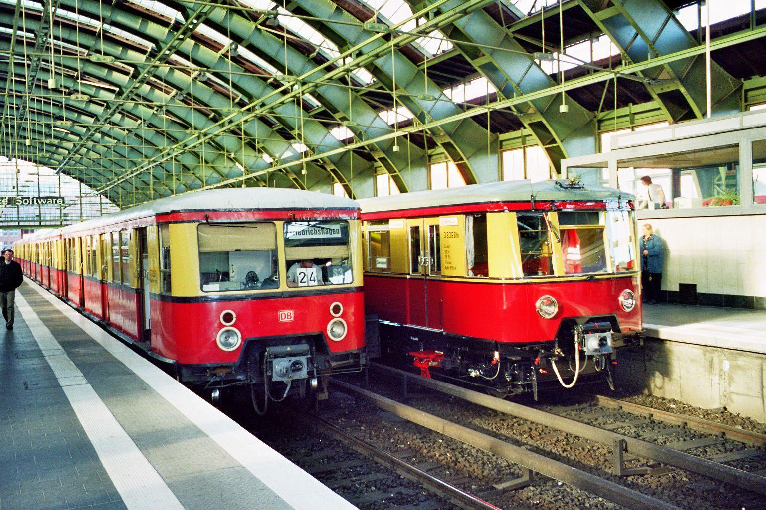 S-Bahn 3839, Bauart 1938/1941, Baureihe 167, neben Baureihe 477, Ostbahnhof, 2002