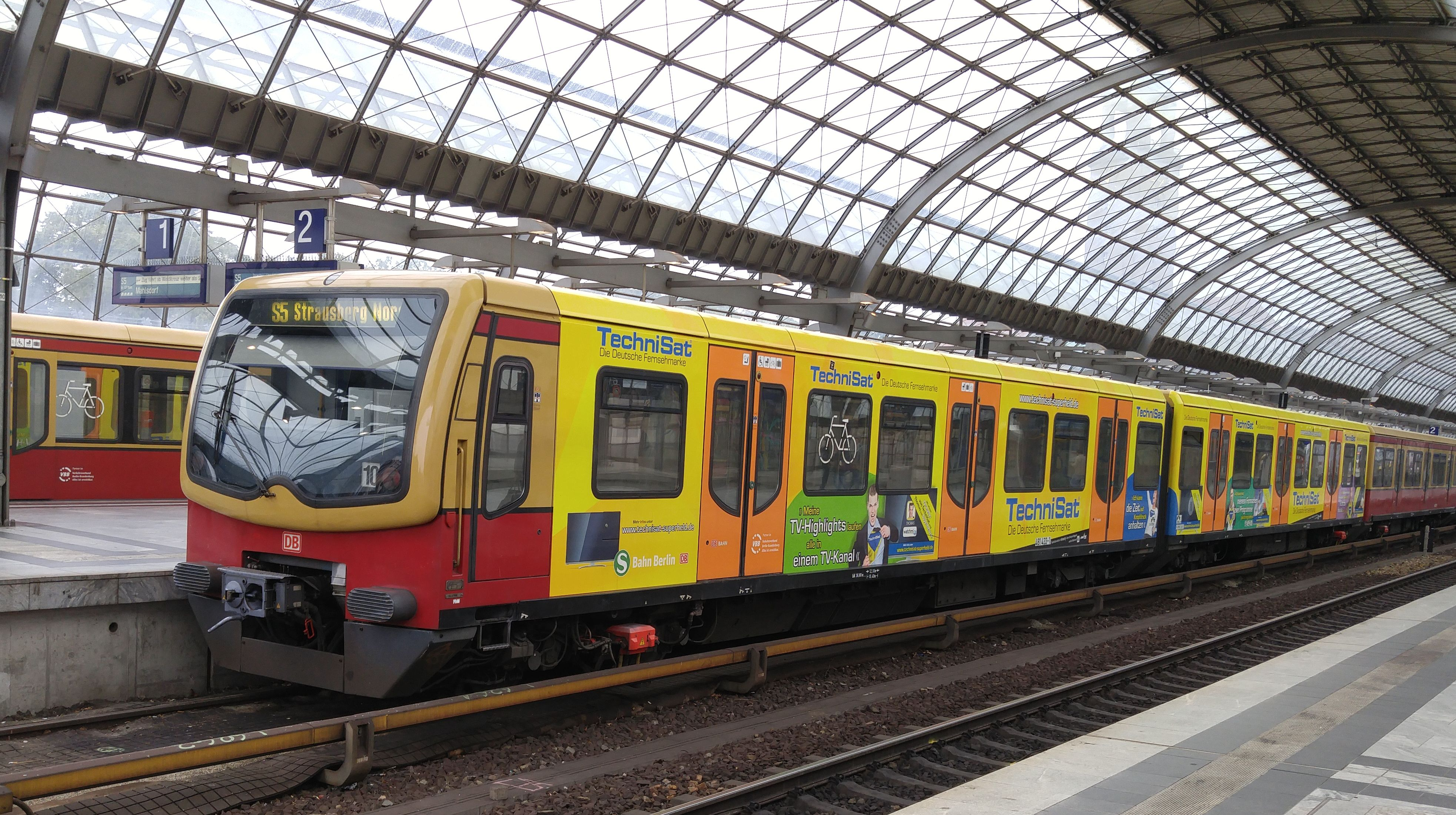 """Foto:S-Bahn 481 433, Baureihe481/482, """"Technisat"""", Spandau, 2017"""