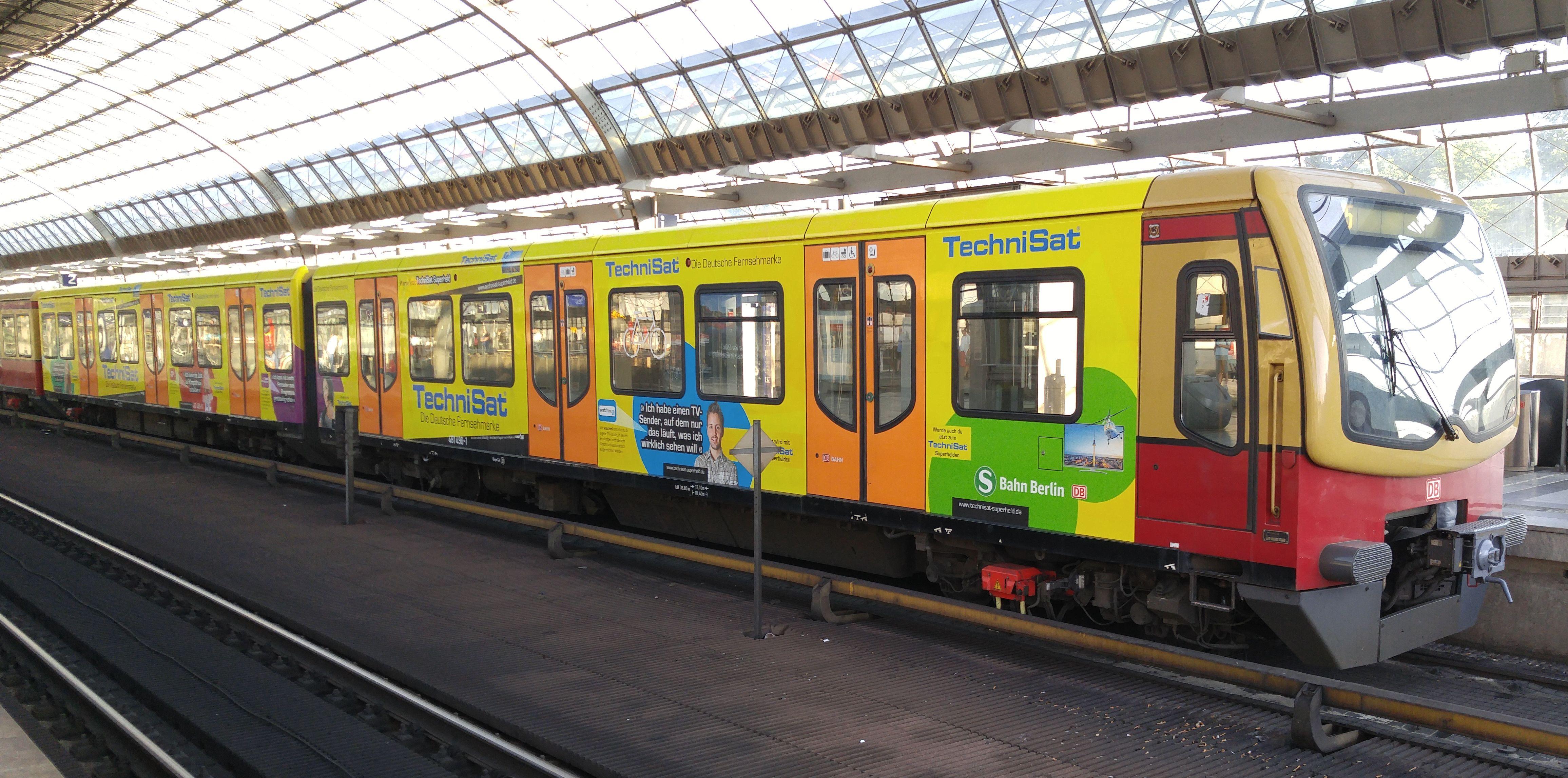 """Foto:S-Bahn 481 490, Baureihe481/482, """"Technisat"""", Spandau, 2017"""