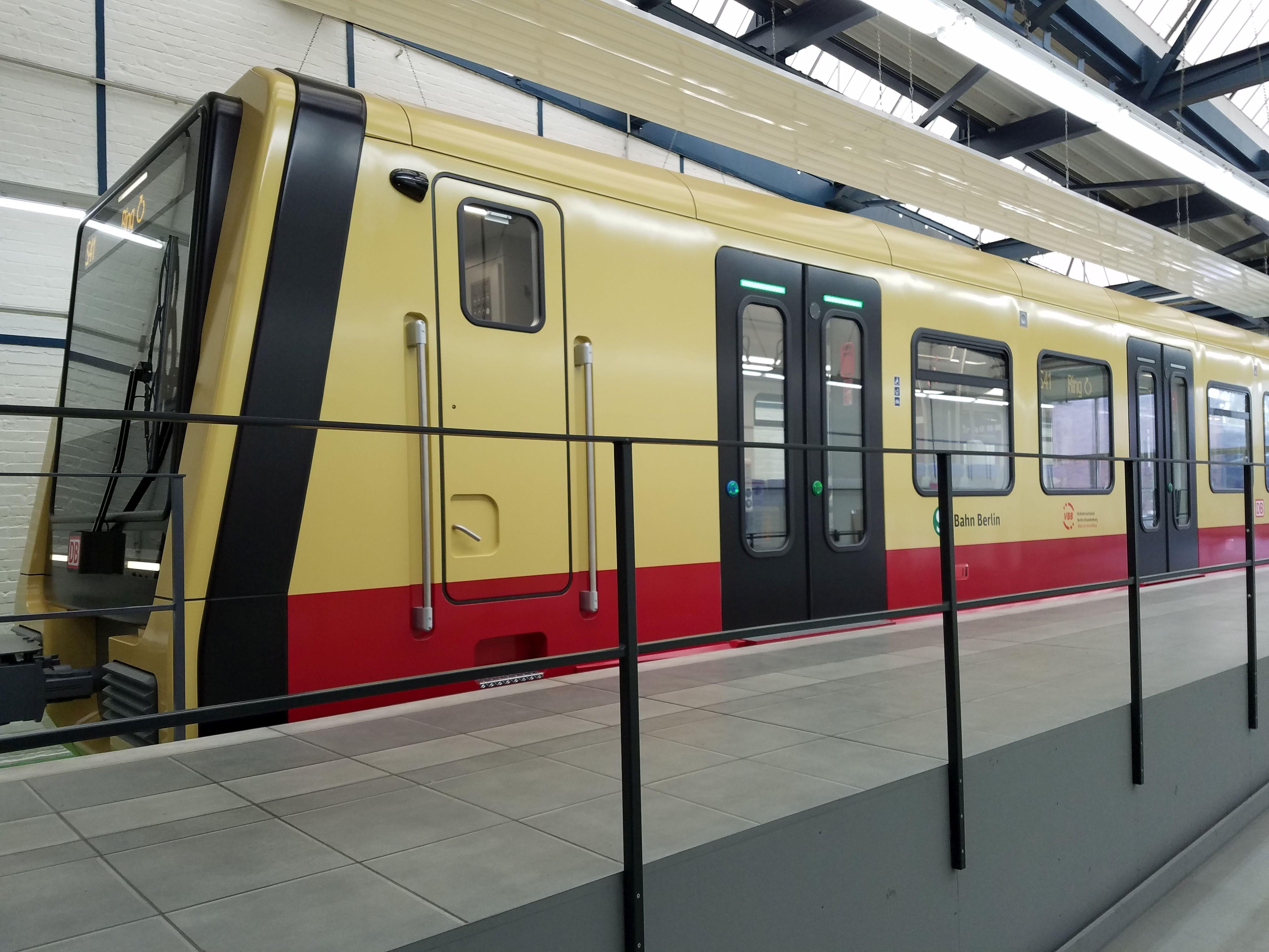 S-Bahn 483 links