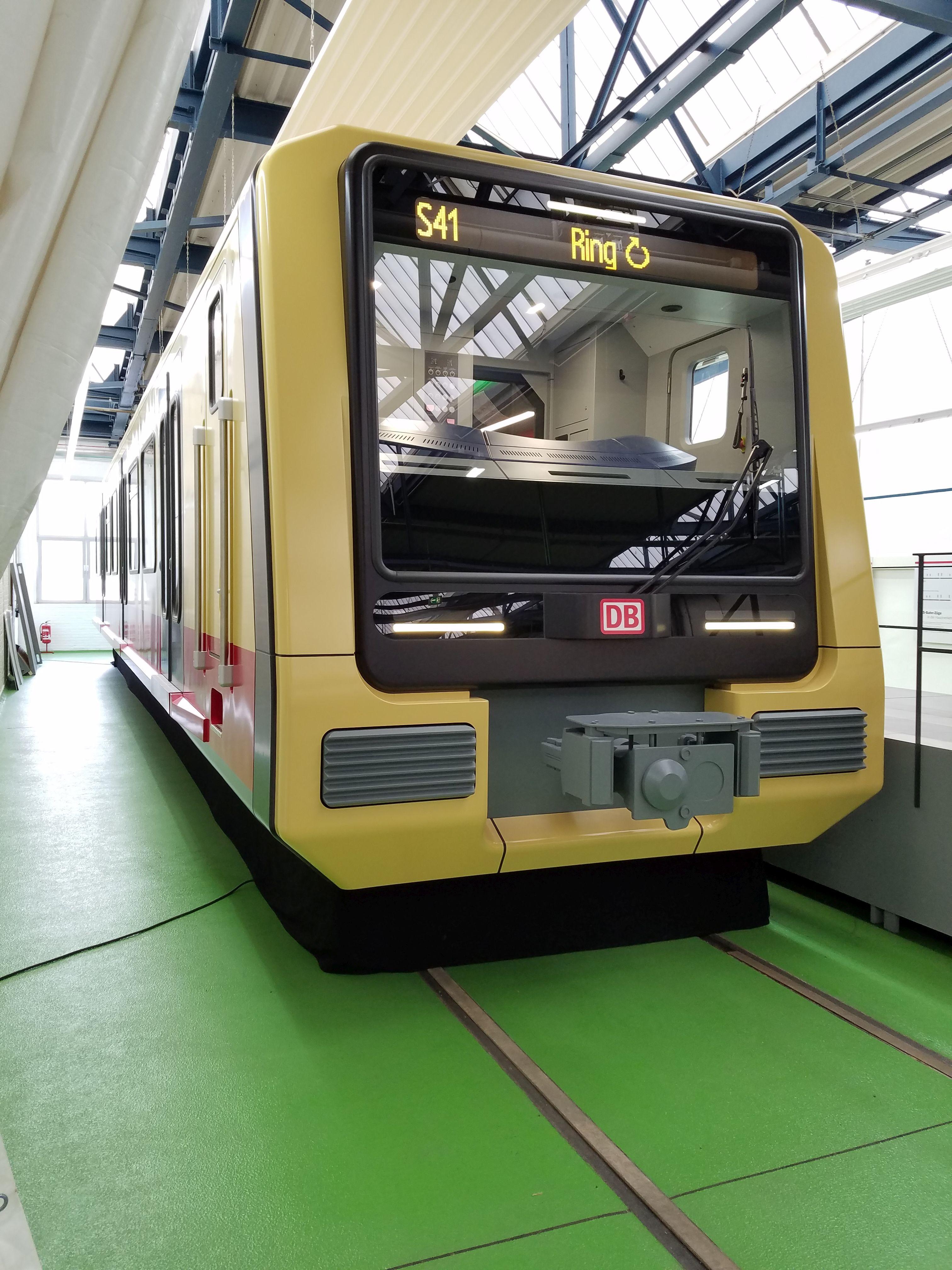 S-Bahn 483 rechts