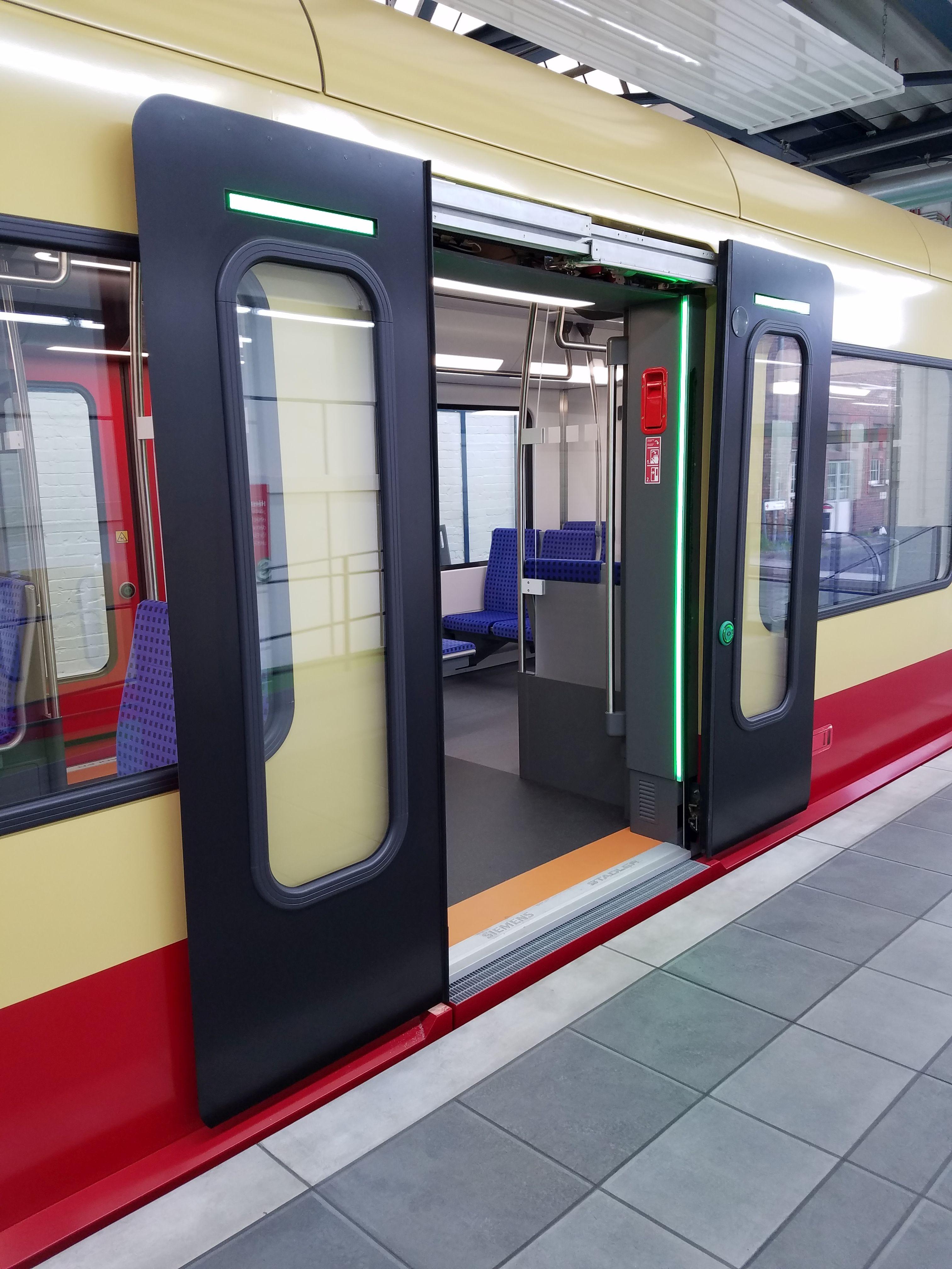 S-Bahn 483 Tür