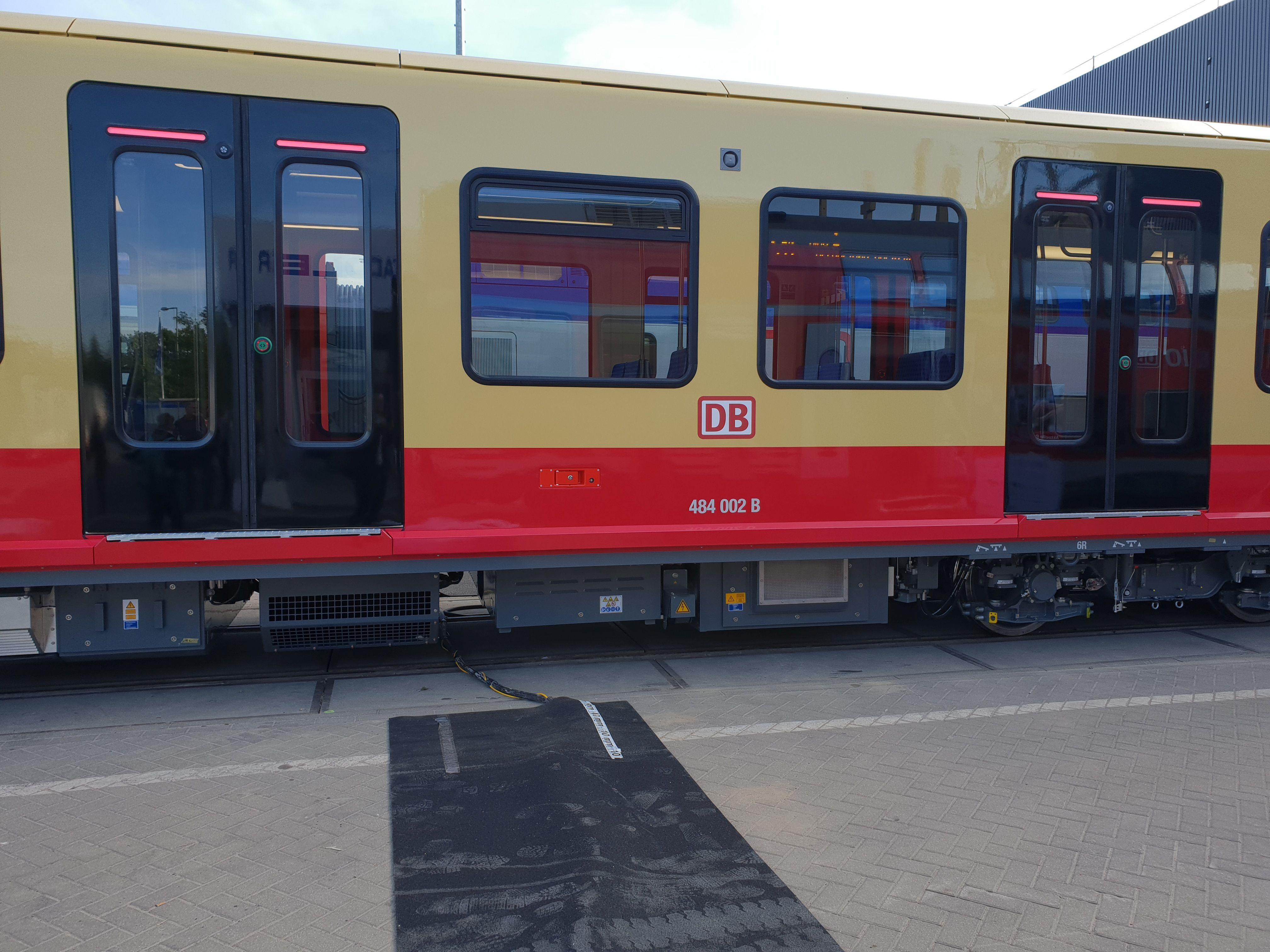 Foto: S-Bahn 484 002 B, Seitenansicht, Baureihe 483/484, Innotrans, Berlin, September 2018