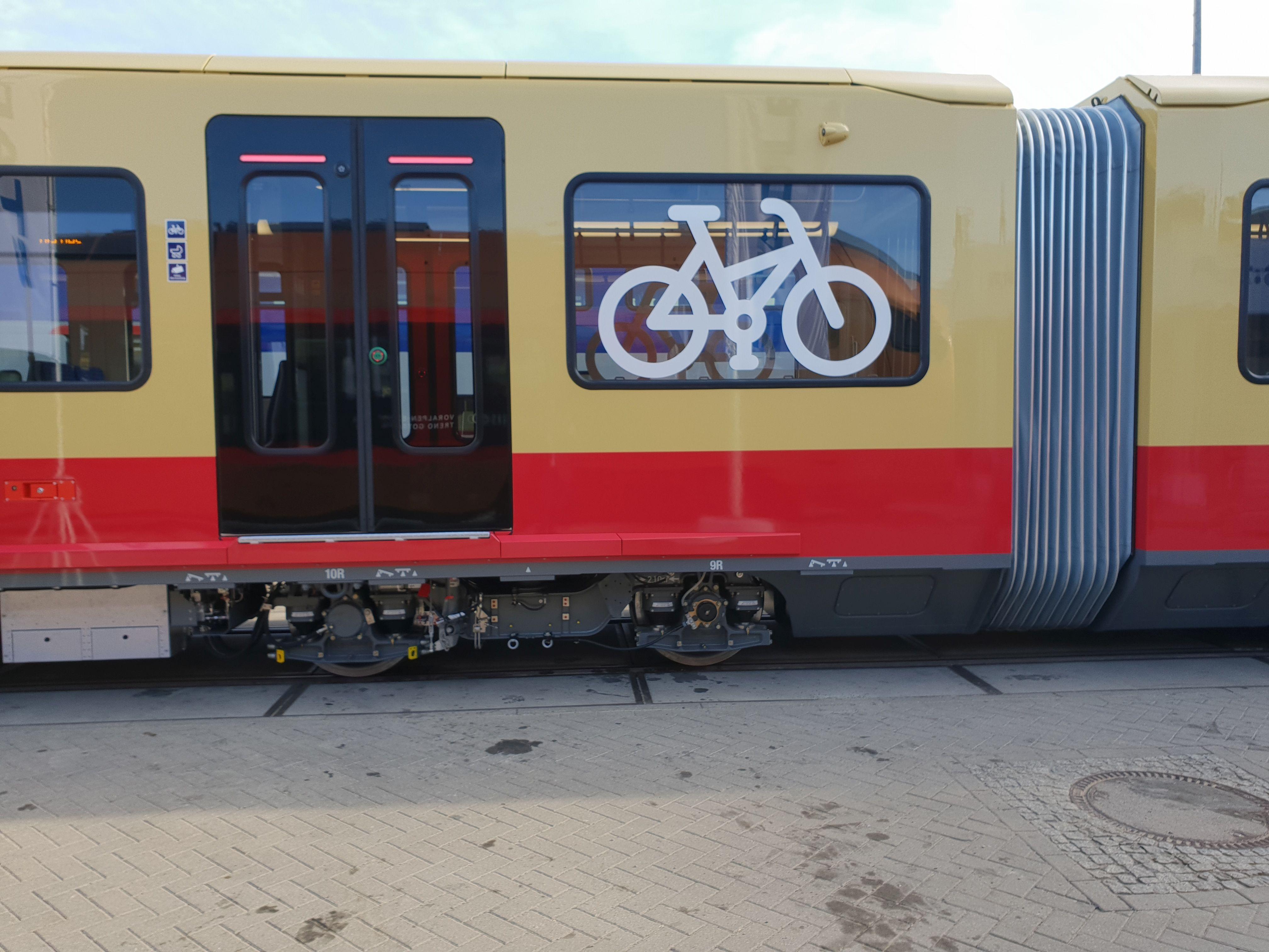 Foto: S-Bahn 484 002 D, Wagenübergang, Baureihe 483/484, Innotrans, Berlin, September 2018