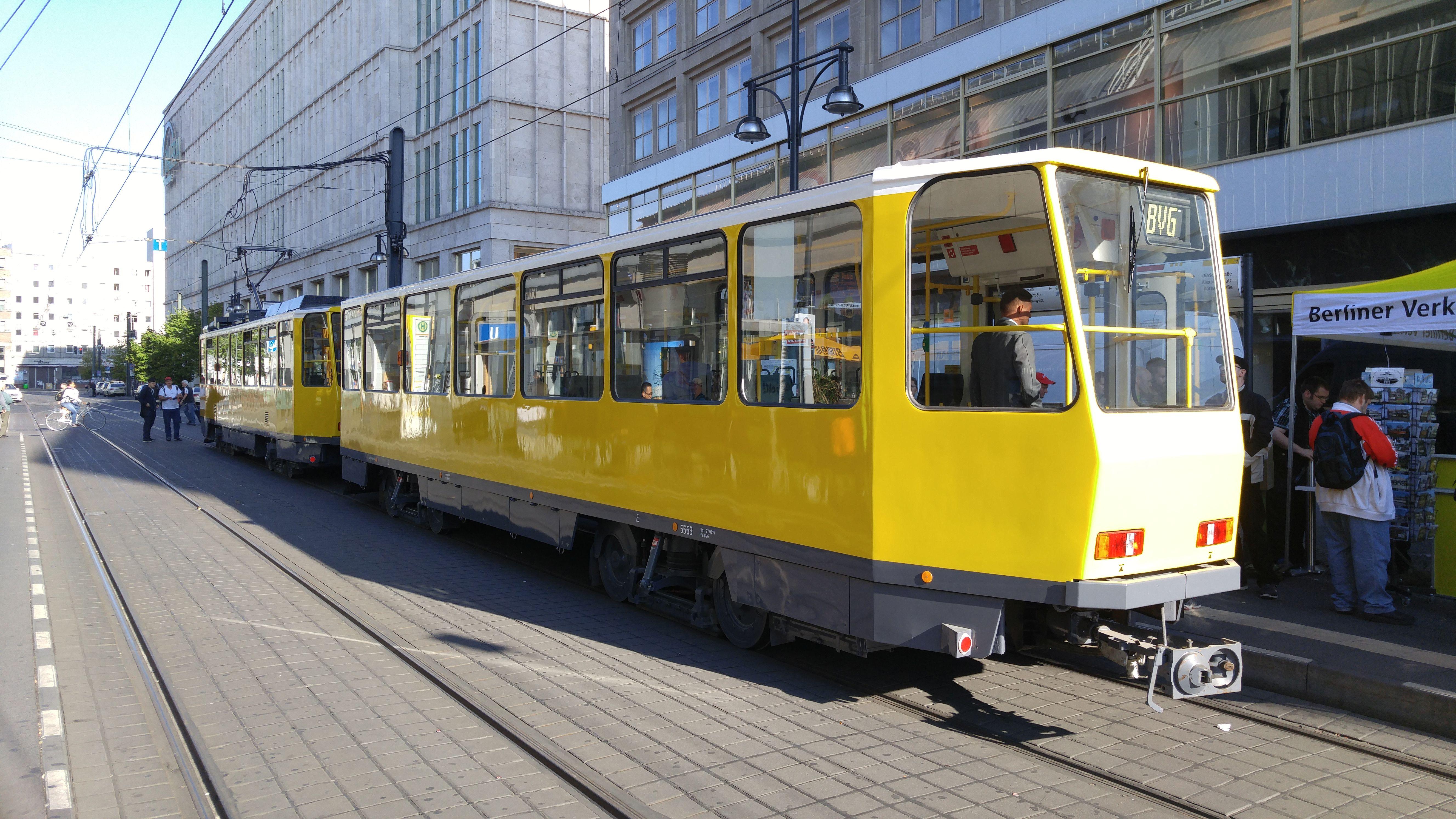 """Foto: Straßenbahn 5563, Typ Tatra B6A2, """"40 Jahre Tatra in Berlin"""", Alexanderplatz, 2016"""