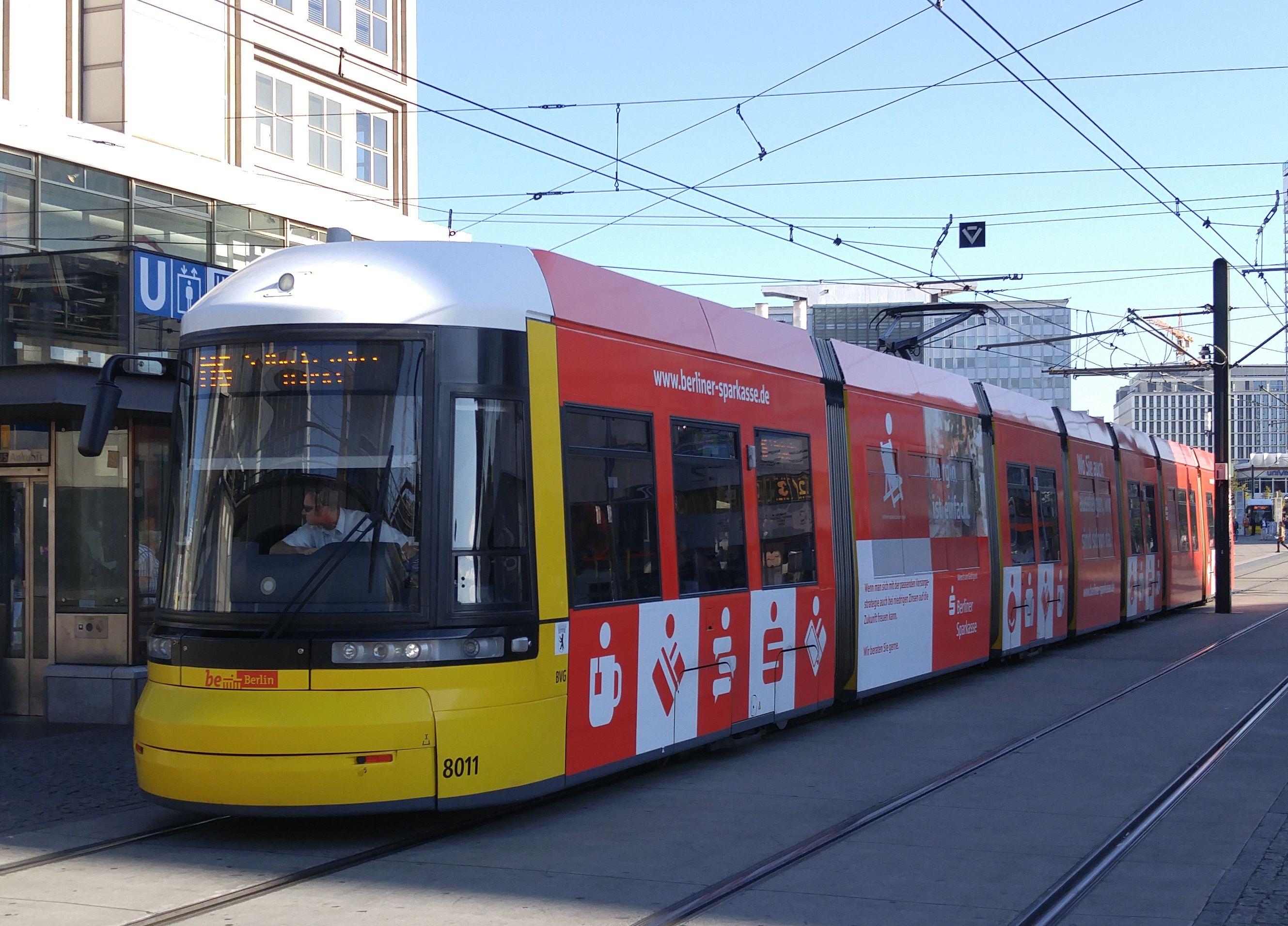 Foto: Straßenbahn 8011, Typ Flexity ERL, Alexanderplatz, 2016