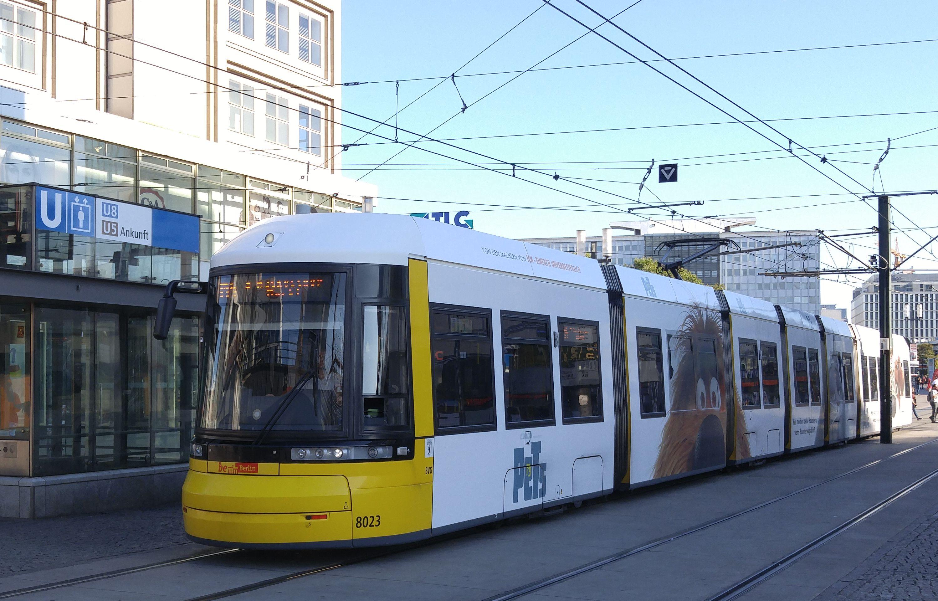 Foto: Straßenbahn 8023, Typ Flexity ERL, Alexanderplatz, 2016