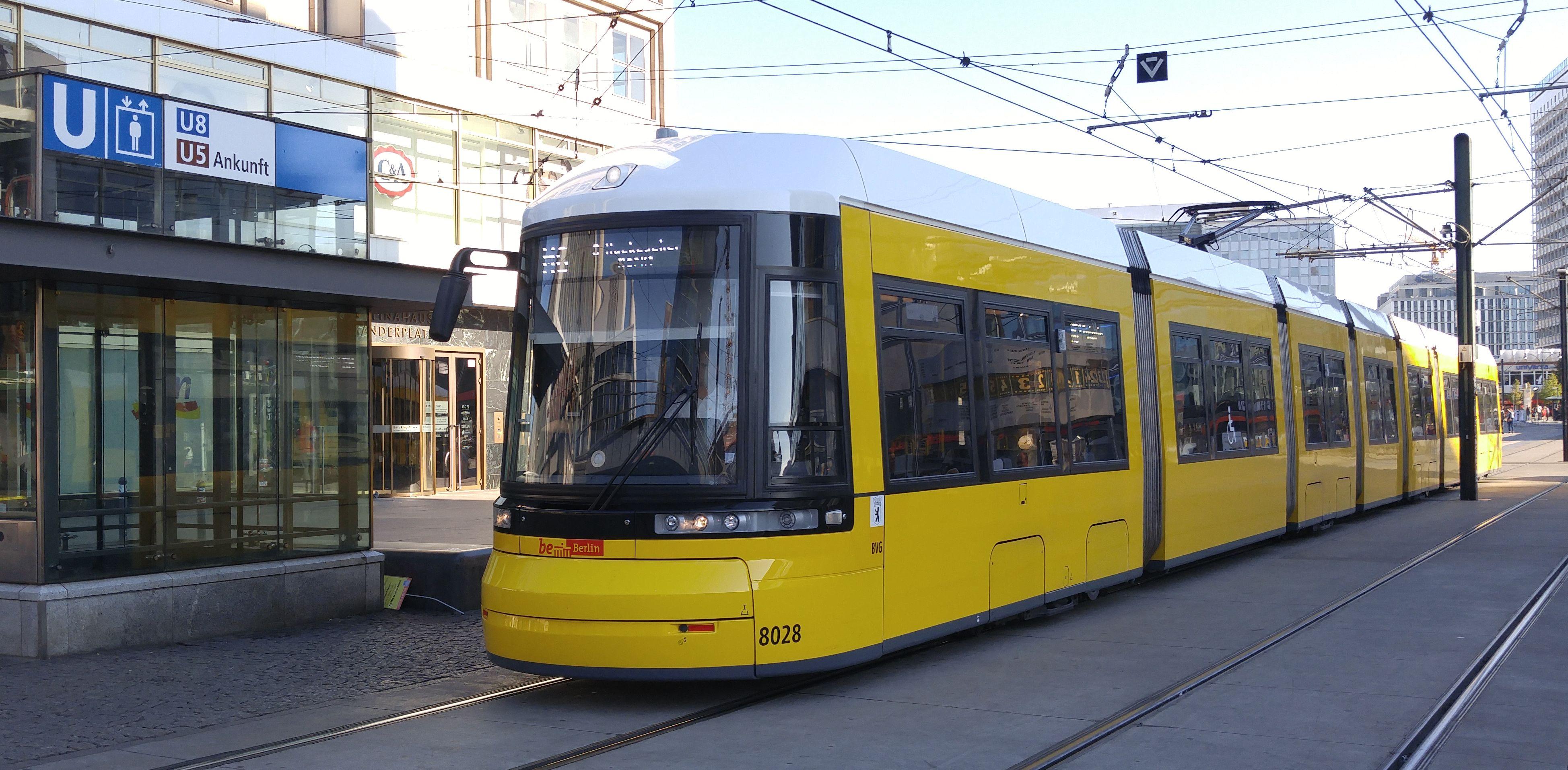 Foto: Straßenbahn 8028, Typ Flexity ERL, Alexanderplatz, 2016