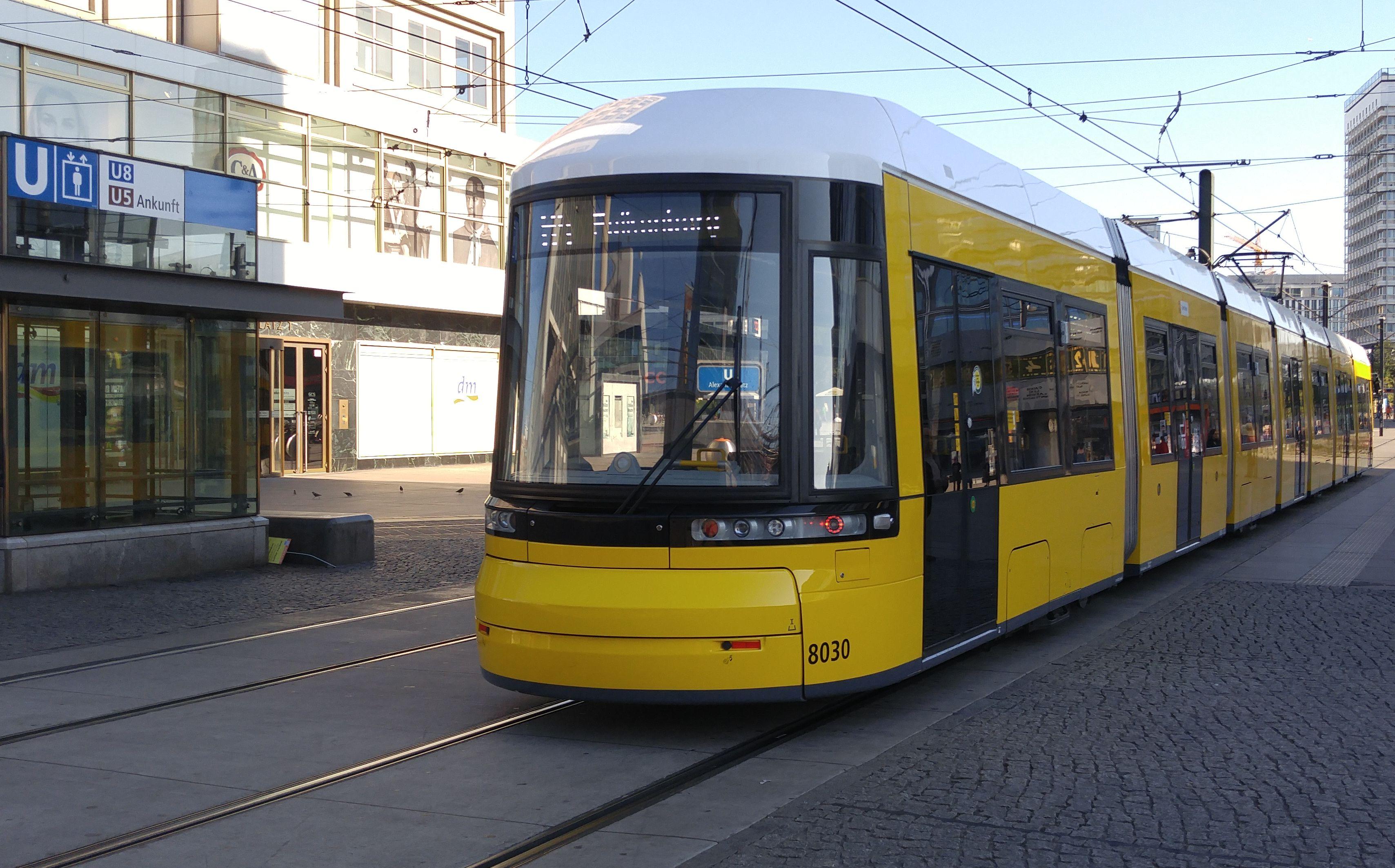 Foto: Straßenbahn 8030, Typ Flexity ERL, Alexanderplatz, 2016