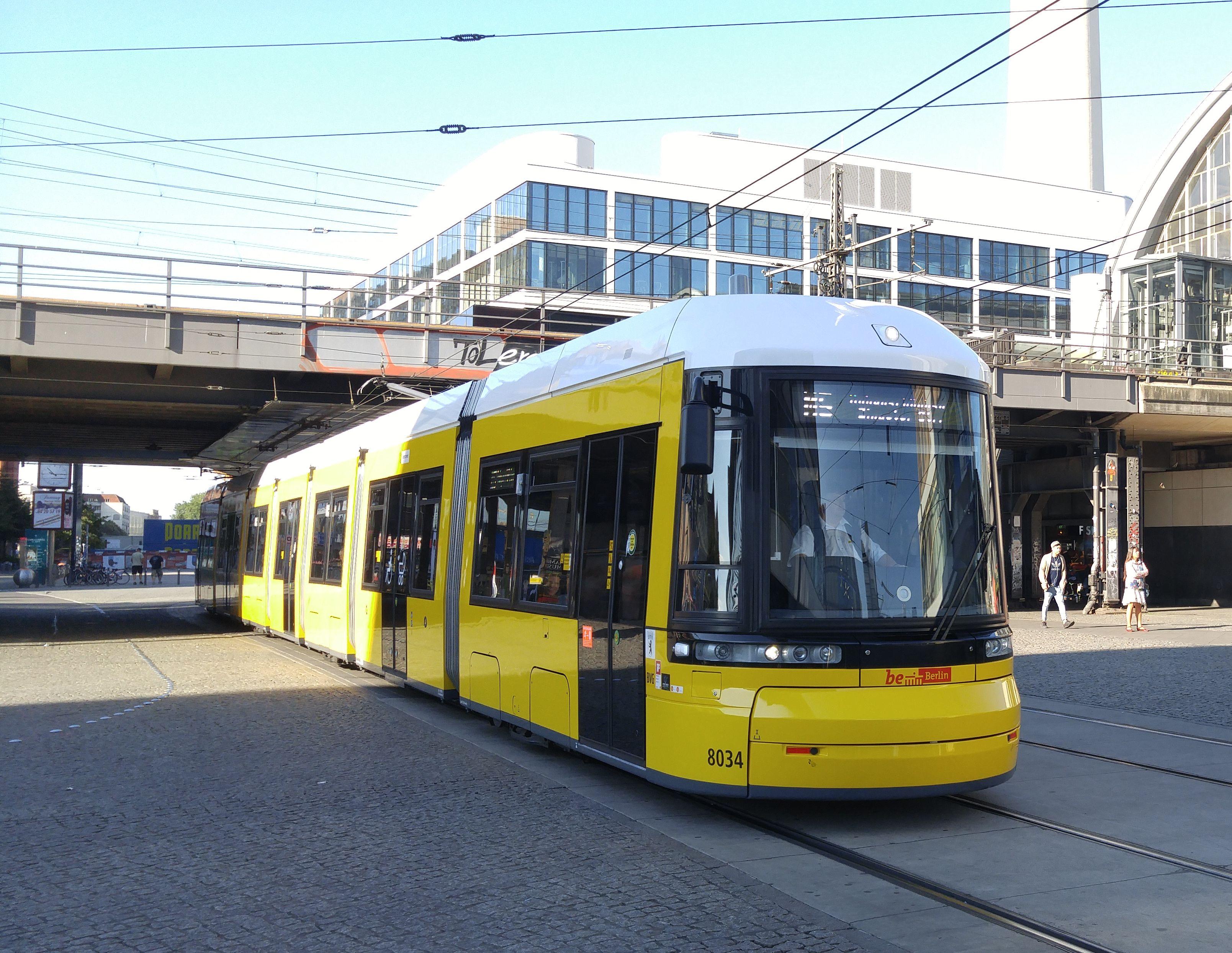 Foto: Straßenbahn 8034, Typ Flexity ERL, Alexanderplatz, 2016