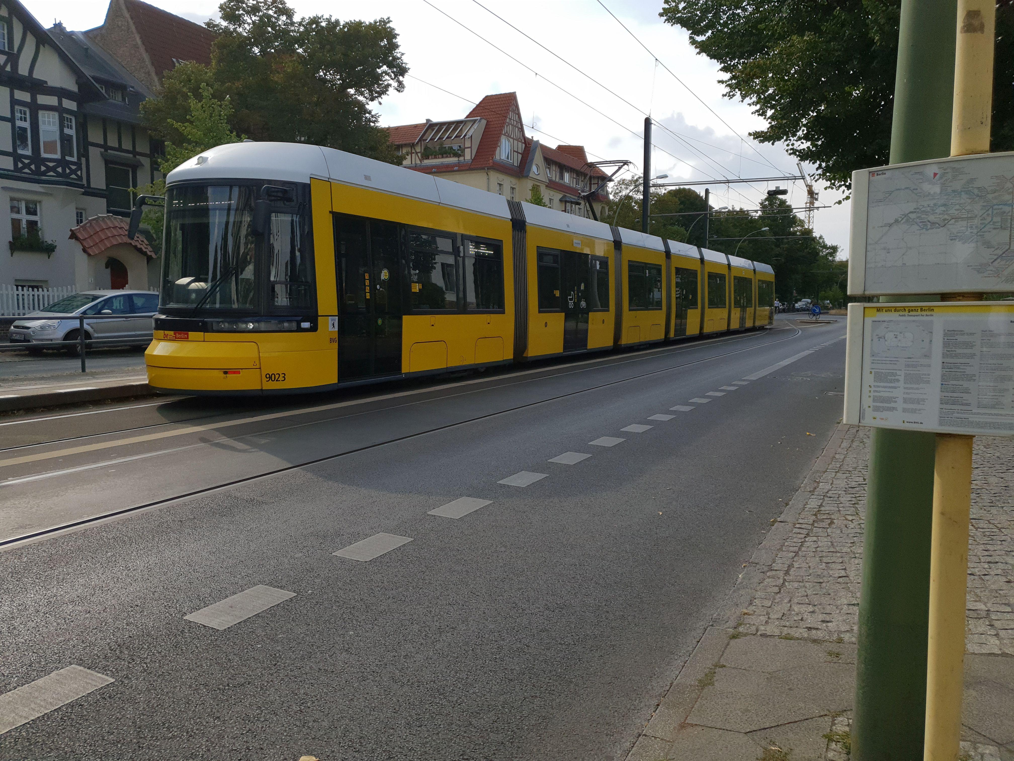 Foto: Straßenbahn 9023, Typ Flexity ZRL, Niederschönhausen, August 2018